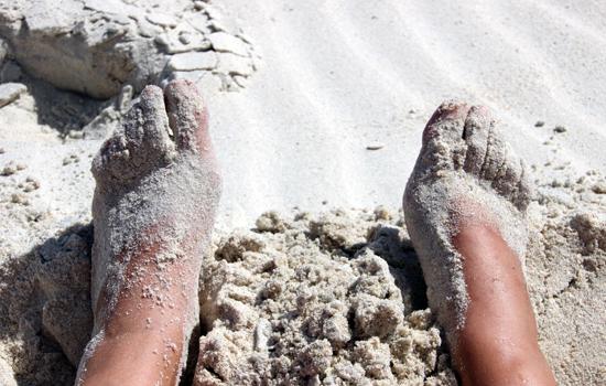 nackte Füsse im Sand