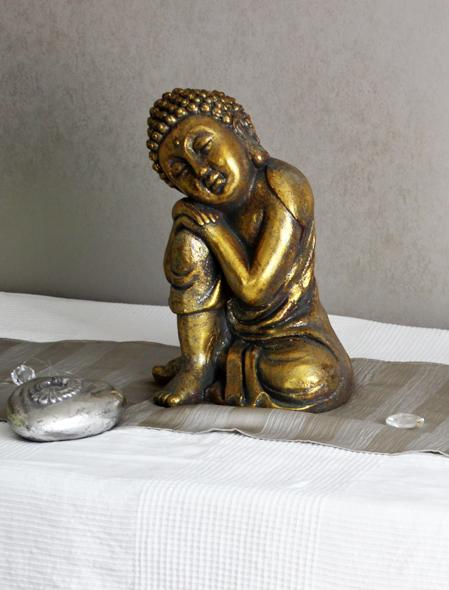 goldfarbener Buddha auf Masageliege