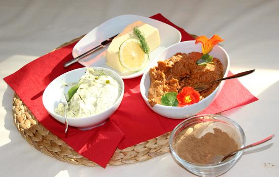 ayurvedisches Frühstück mit verschiedenen Brotaufstrichen