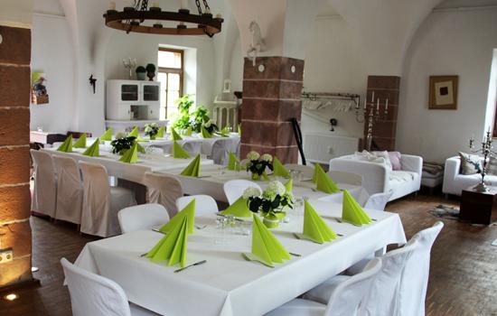 weiss ein gedeckte Tische im Gewölbe von Hofgut Eich