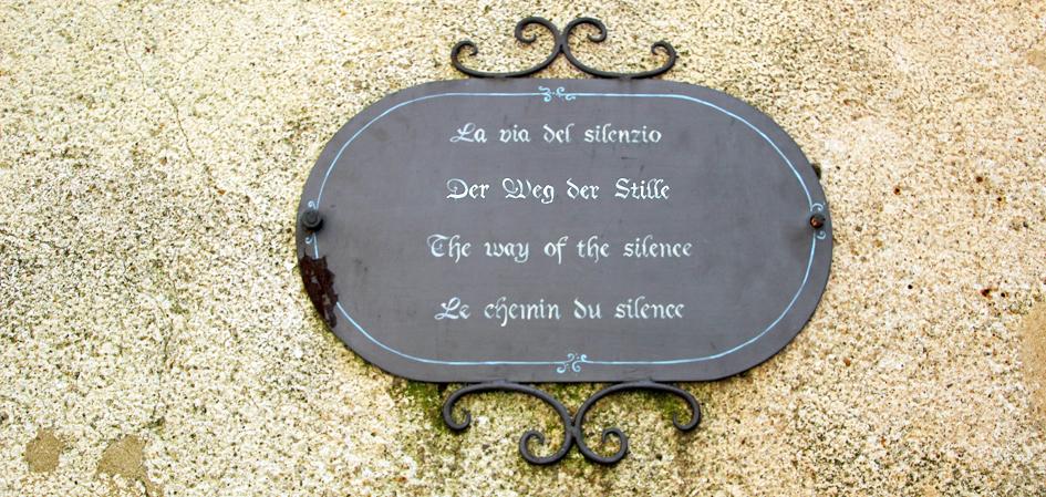 Schild Weg der Stille - Sina Ries Weg zu Ayurveda